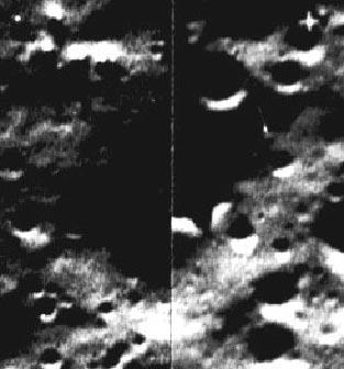 Углубление правильной прямоугольной формы на поверхности Луны